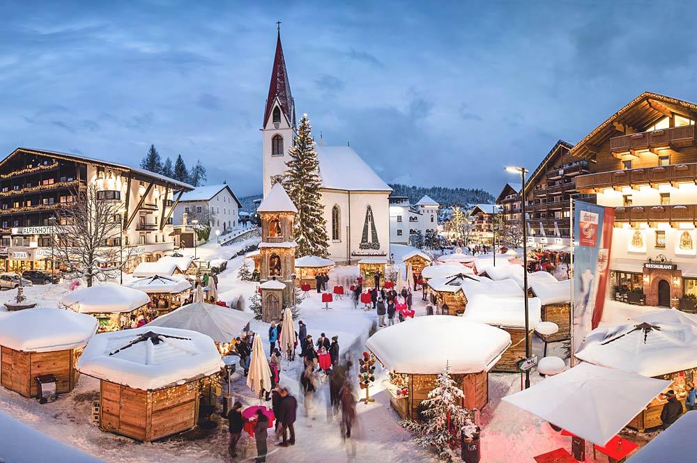 Blick auf den abendlichen Weihnachtsmarkt in Seefeld