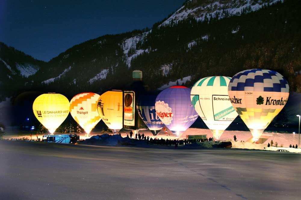 Leuchtende Ballons beim Ballonglühen bei Nacht im Tannheimer Tal
