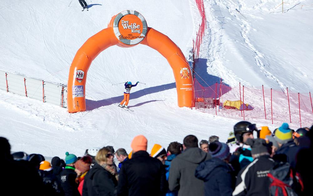 Zieleinfahrt eines Teilnehmers beim Weißen Ring in Lech Zürs