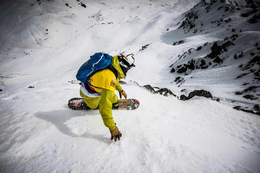 Ein Snowboarder beweist sein Freeride-Talent bei der Abfahrt