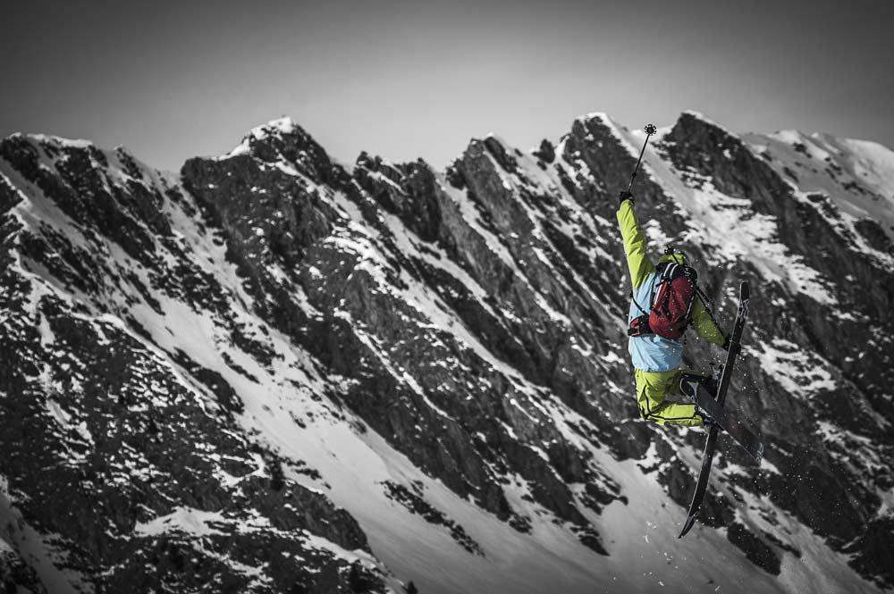 Ein Sprung eines Freeriders auf seinen Skiern