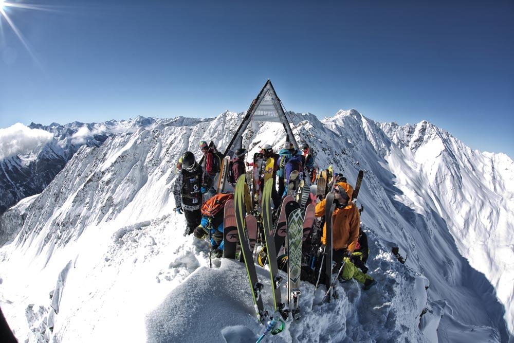 Freeride Boards und Bretter gesammelt auf einem Hügel in Österreich