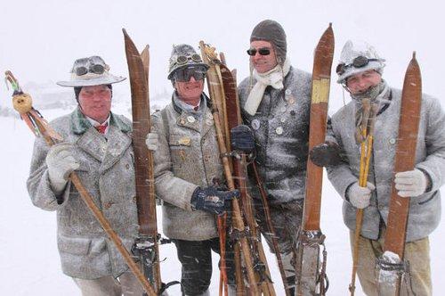 Mit tollen Kostümen geht es für die Teilnehmer beim Skirennen die Piste hinunter