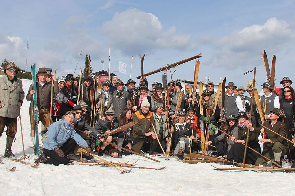 Skigruppe in historischen Kostümen beim Nostalgie Skifest am Feuerkogel