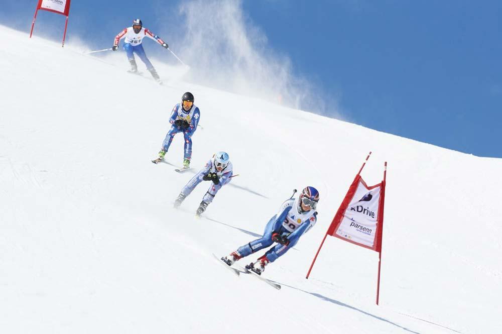 Teilnehmer des Parsenn Derbys Davos fahren den Weissfluhgipfel hinab