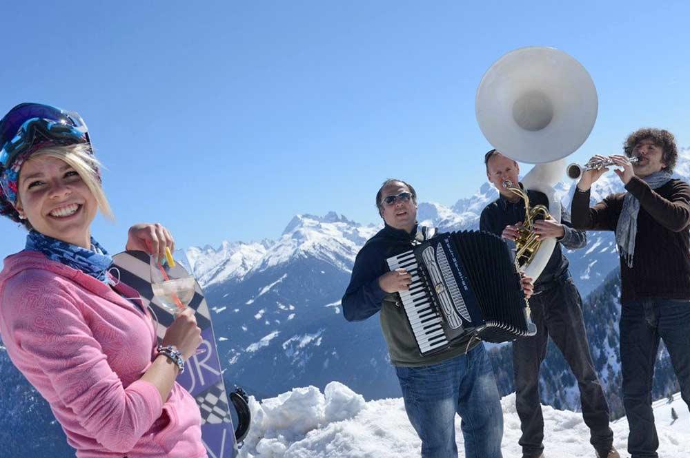 Eine Snowboarderin hört den Jazzmusikern beim Dolomiti Ski Jazz zu