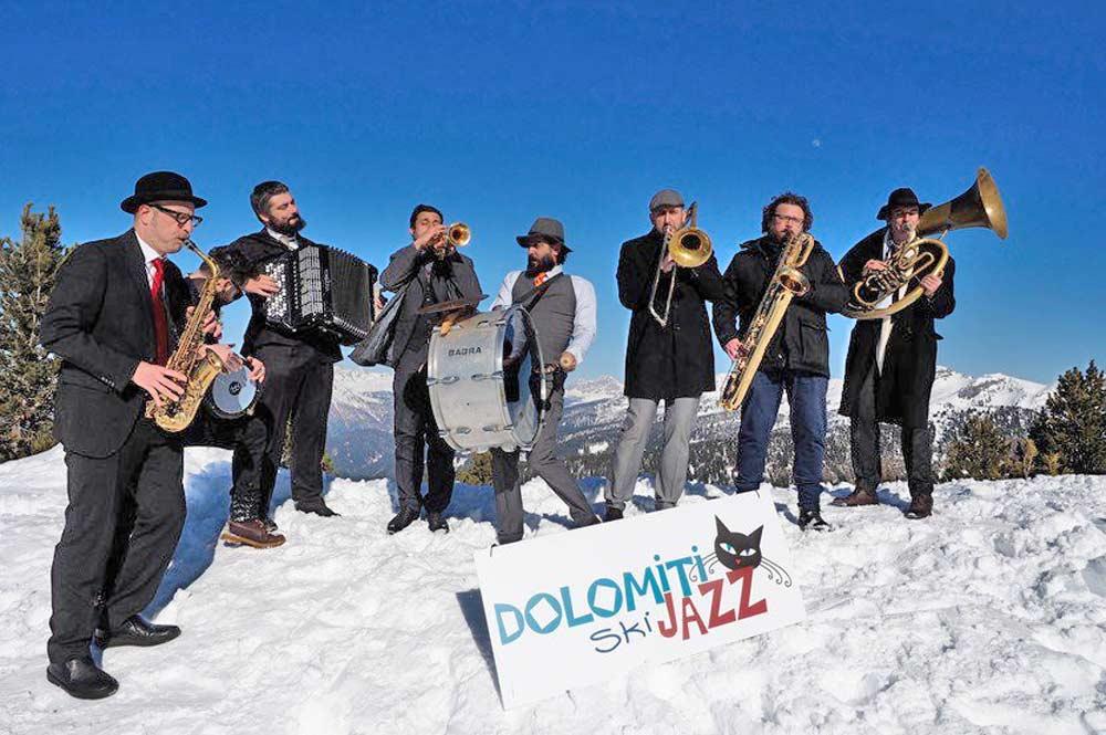 Jazzmusiker beim Auftritt vor der Kulisse der verschneiten Dolomiten