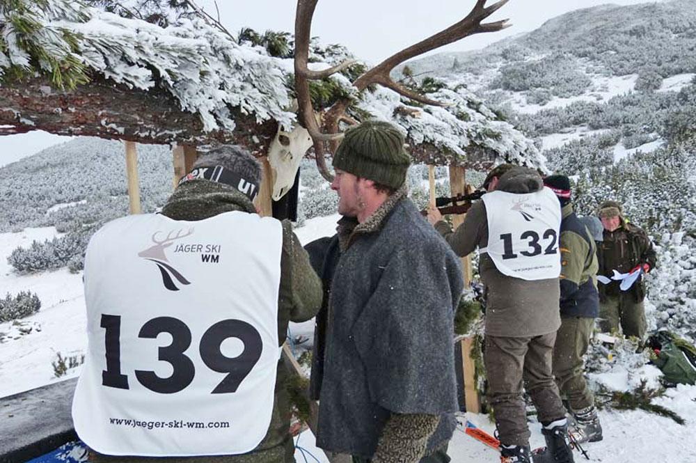 Jäger am Schießstand während der Jäger-Ski-WM