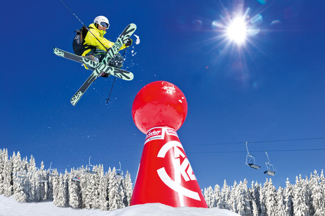 Freestyler beim Sprung im Boarders Playground in der SkiWelt Wilder Kaiser - Brixental