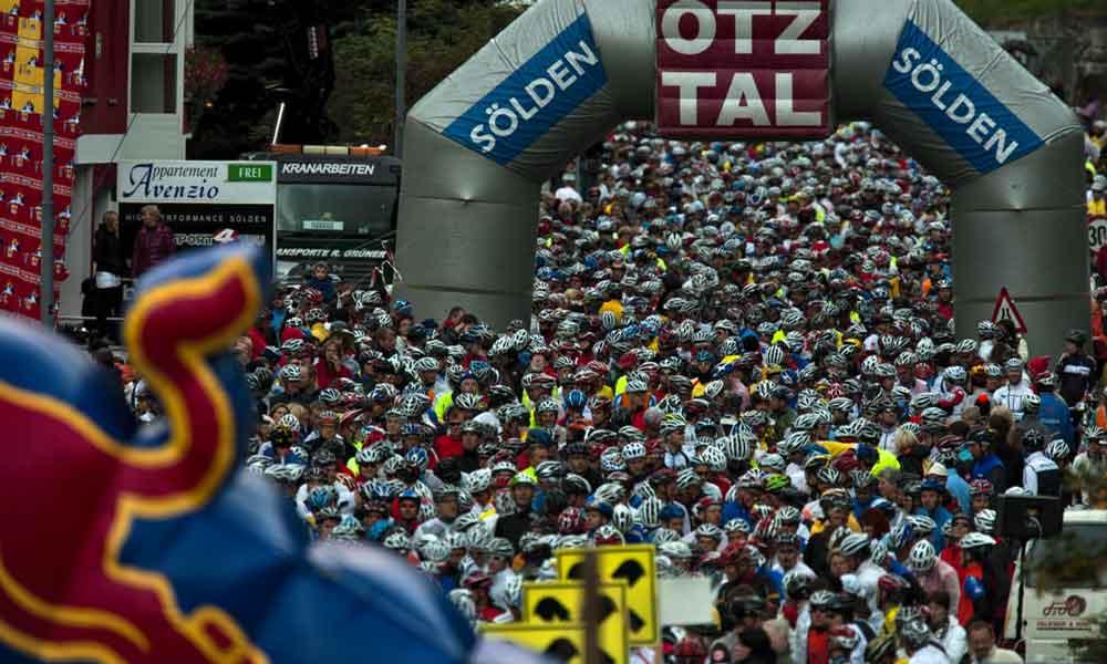 Rennradfahrer passieren den Zieleinlauf beim Oetztaler Radmarathon