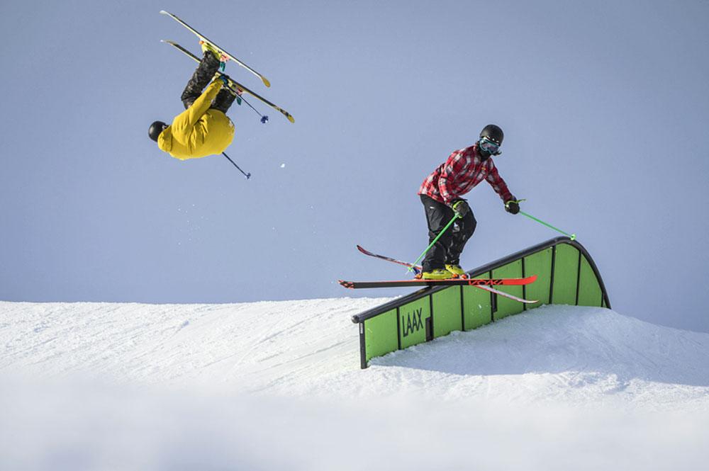 Zwei Freestyler im LAAX Snowpark