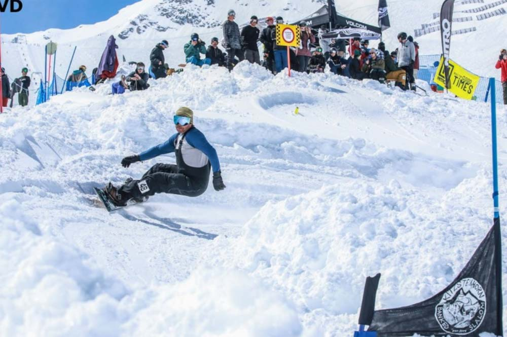 Snowboarder beim Volcom Kitzsteinhorn Banked Slalom