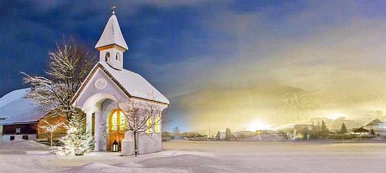 Blick auf die verschneite Stille-Nacht-Kapelle in Oberndorf