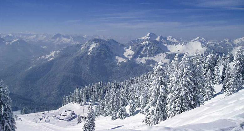 Alpenhotel Spitzingsee im tiefverschneiten Winter