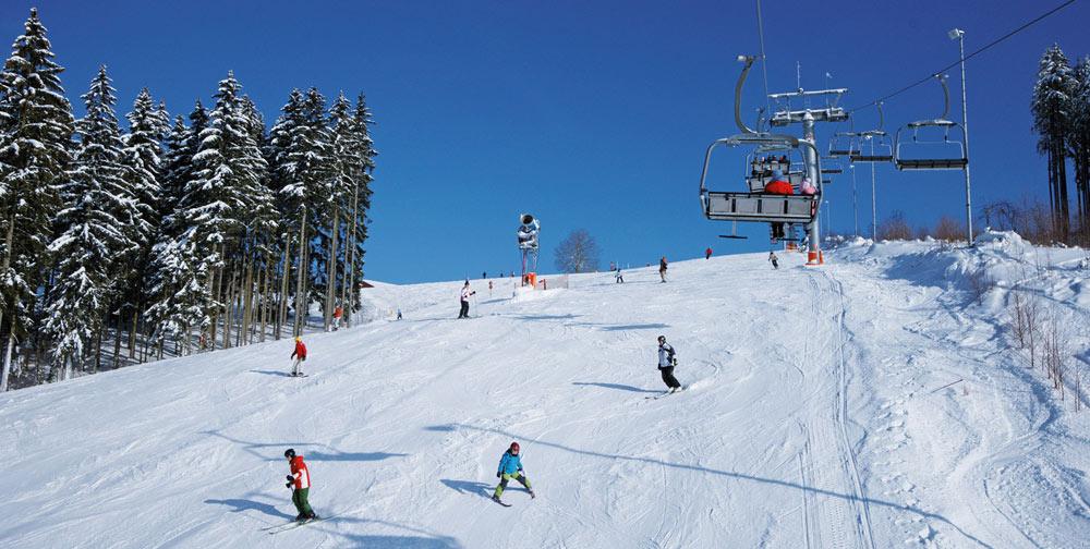 Skifahrer auf einer Skipiste in der Skiwelt Schöneck