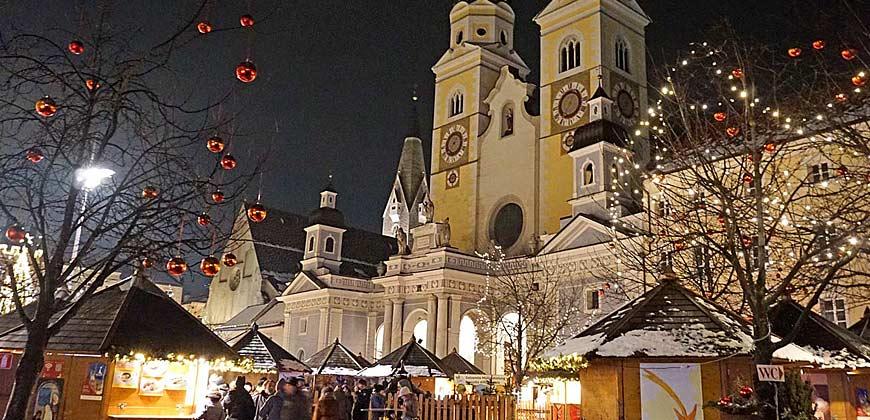 Der Brixner Weihnachtsmarkt findet direkt vor dem Dom statt