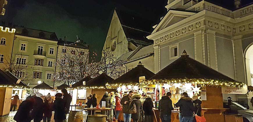 Gut besuchte Stände auf dem Brixner Weihnachtsmarkt