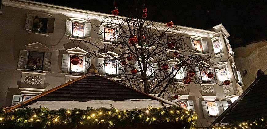 Häuser und Bäume sind festlich dekoriert beim Brixner Weihnachtsmarkt