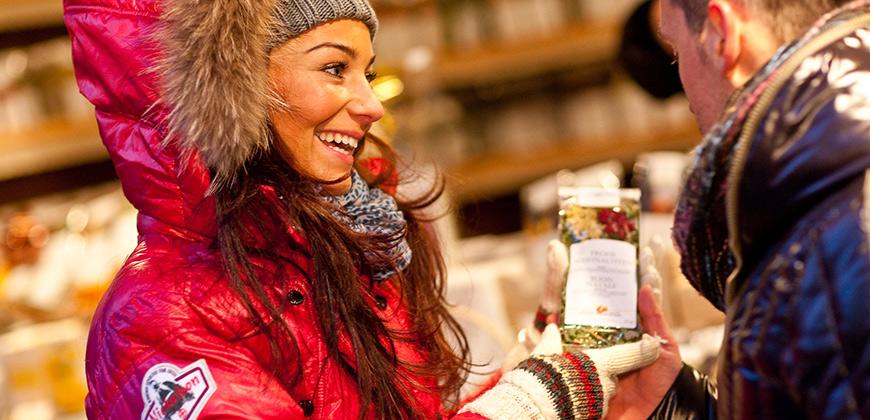 Stand auf dem Christkindlemarkt in Sterzing mit Gewürzen - © TV Sterzing (Klaus Peterlin/allesfoto.com)