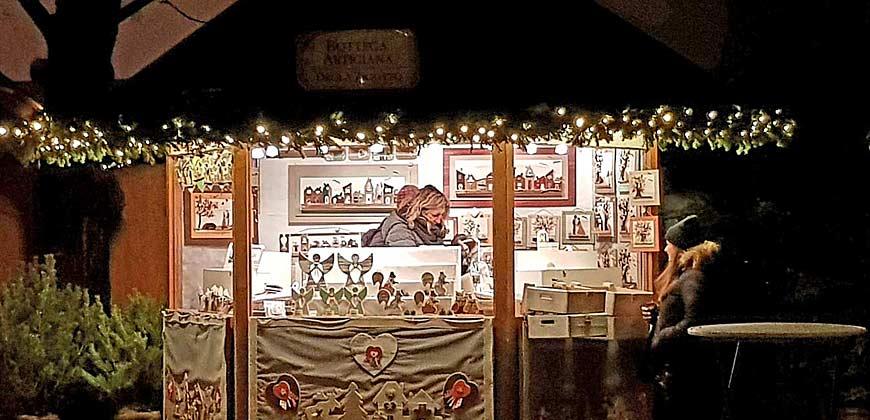 Stand mit Kunsthandwerk auf dem Weihnachtsmarkt in Brixen
