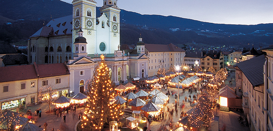 Beleuchteter Weihnachtsbaum in Bozen