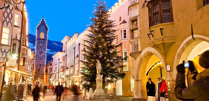 Weihnachtsbaum auf dem Christkindlmarkt in Sterzing - © TV Sterzing (Klaus Peterlin/allesfoto.com)