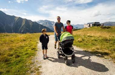 Familie mit Kinderwagen beim Wandern im Zillertal