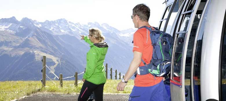 Paar beim Ausstieg aus der Gondel im Zillertal