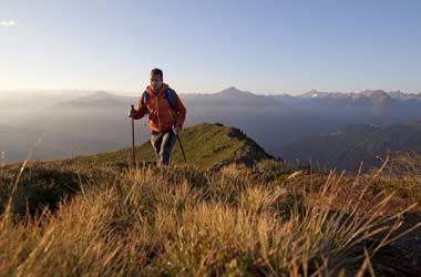 Wanderer in den Bergen des Zillertals