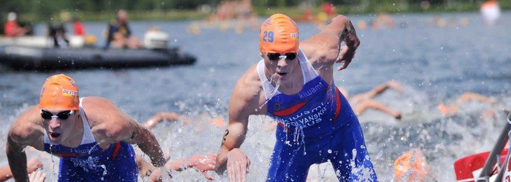 Schwimmer kommen beim Triathlon aus dem Wasser