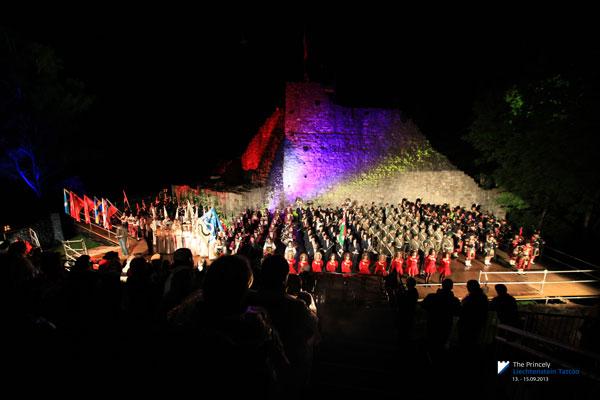 Musiker und Tänzer beim Auftritt während des Princely Liechtenstein Tattoos in der Burgruine Schellenberg
