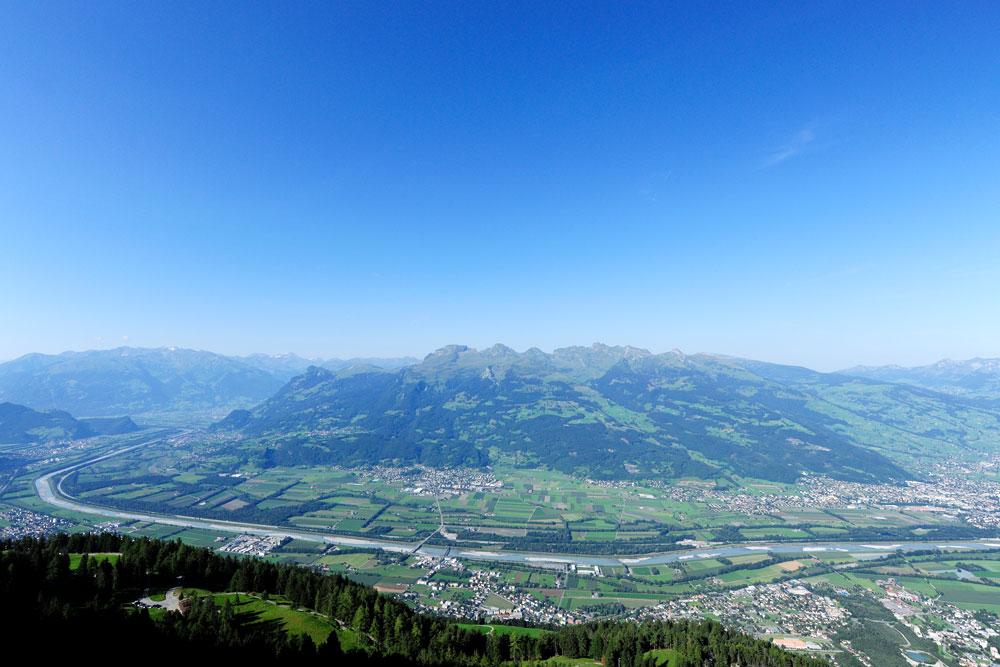 Blick auf das Liechtensteiner Rheintal und die Bergwelt