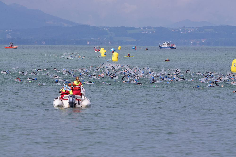 Triathleten beim Schwimmen im Chiemsee