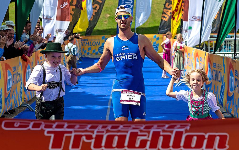 Zieleinlauf eines Triathleten beim Chiemsee Triathlon