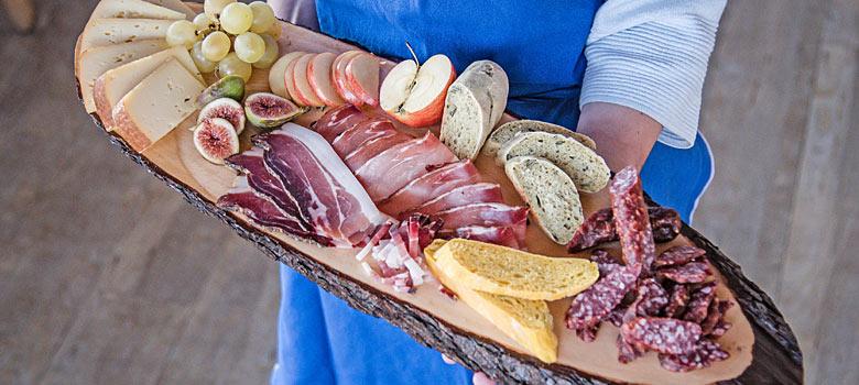 Törggele-Jausenplatte mit Brot, Käse, Wurst und Obst