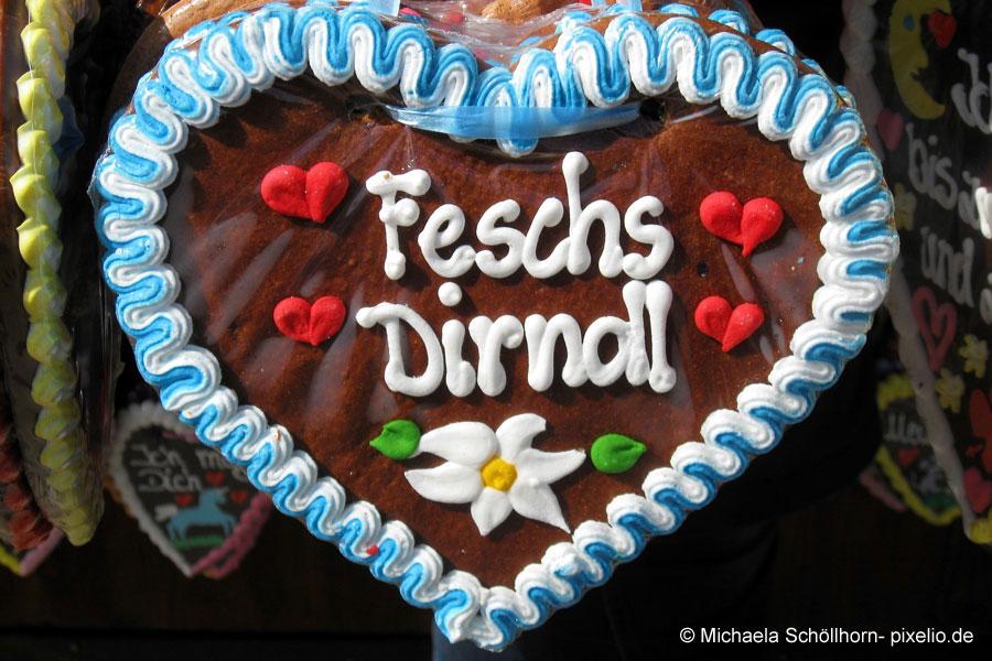 Lebkuchenherz mit Aufschrift: Feschs Dirndl