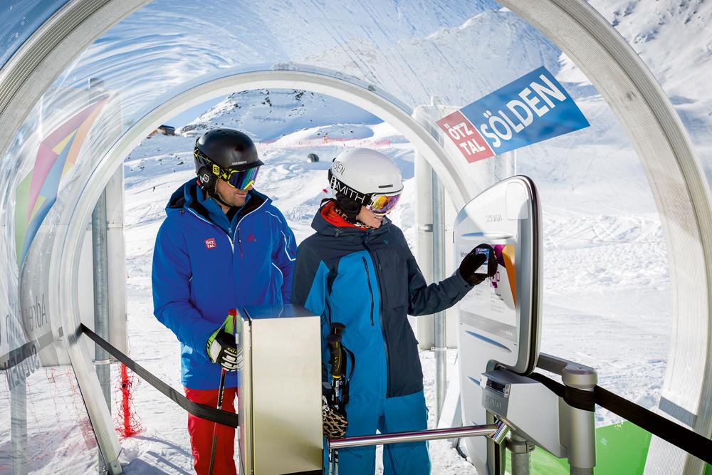 Skifahrer im Starthäuschen des Adrenalin Cups Sölden