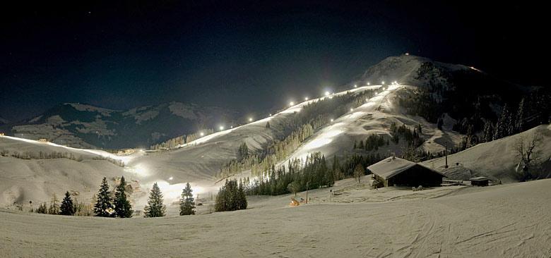 Beleuchtete Piste beim Nachtskifahren in Söll