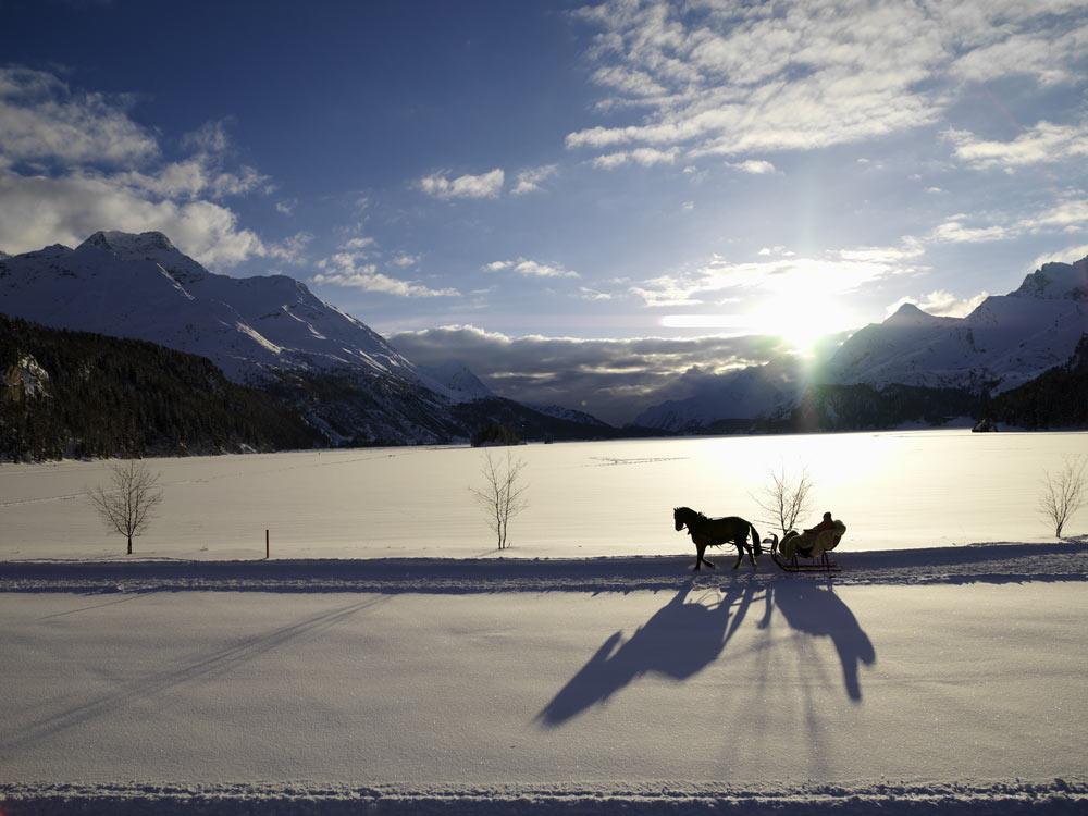 Eine Pferdekutsche fährt durch die verschneite Landschaft