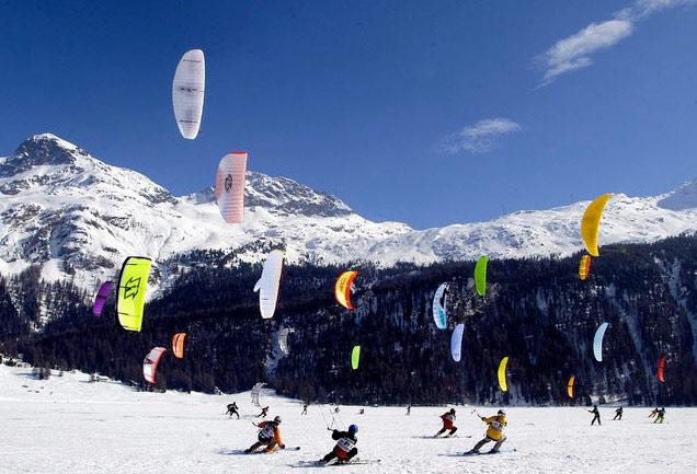 Einige Sportler beim Snowkiten auf dem Silvaplanasee