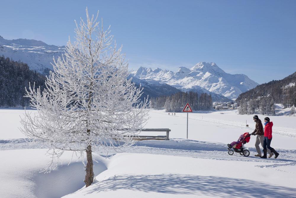 Eine Familie beim Winterwandern
