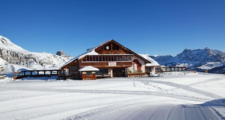 Die Kaiserhütte liegt mitten im Skigebiet der Sella Ronda