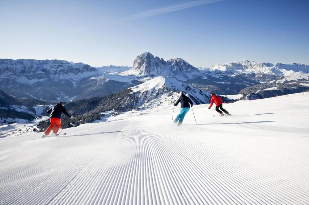 Drei Skifahrer absolvieren die Sella Ronda Skitour