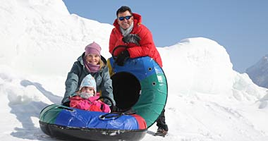 Familie beim Snowtubing in Inzell