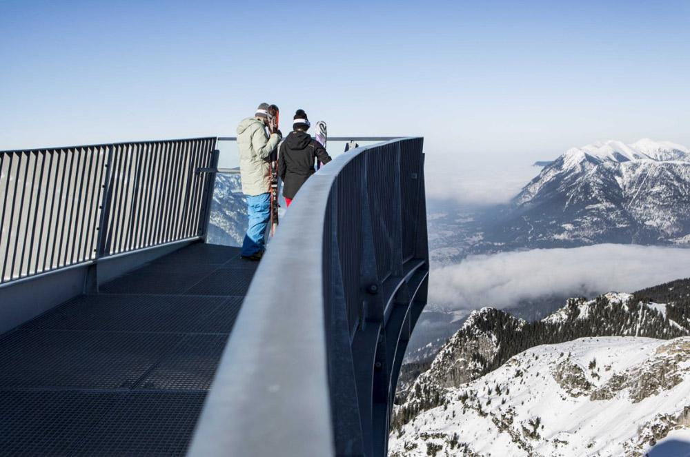 Die Aussicht reicht bis ins 1000 Meter tiefgelegenere Höllental