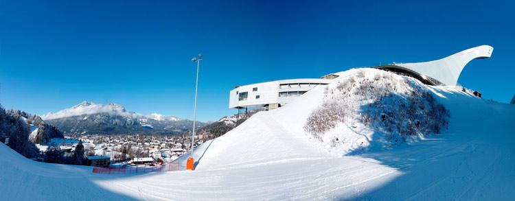 Seitliche Aussicht von der Olympia-Skisprungschanze