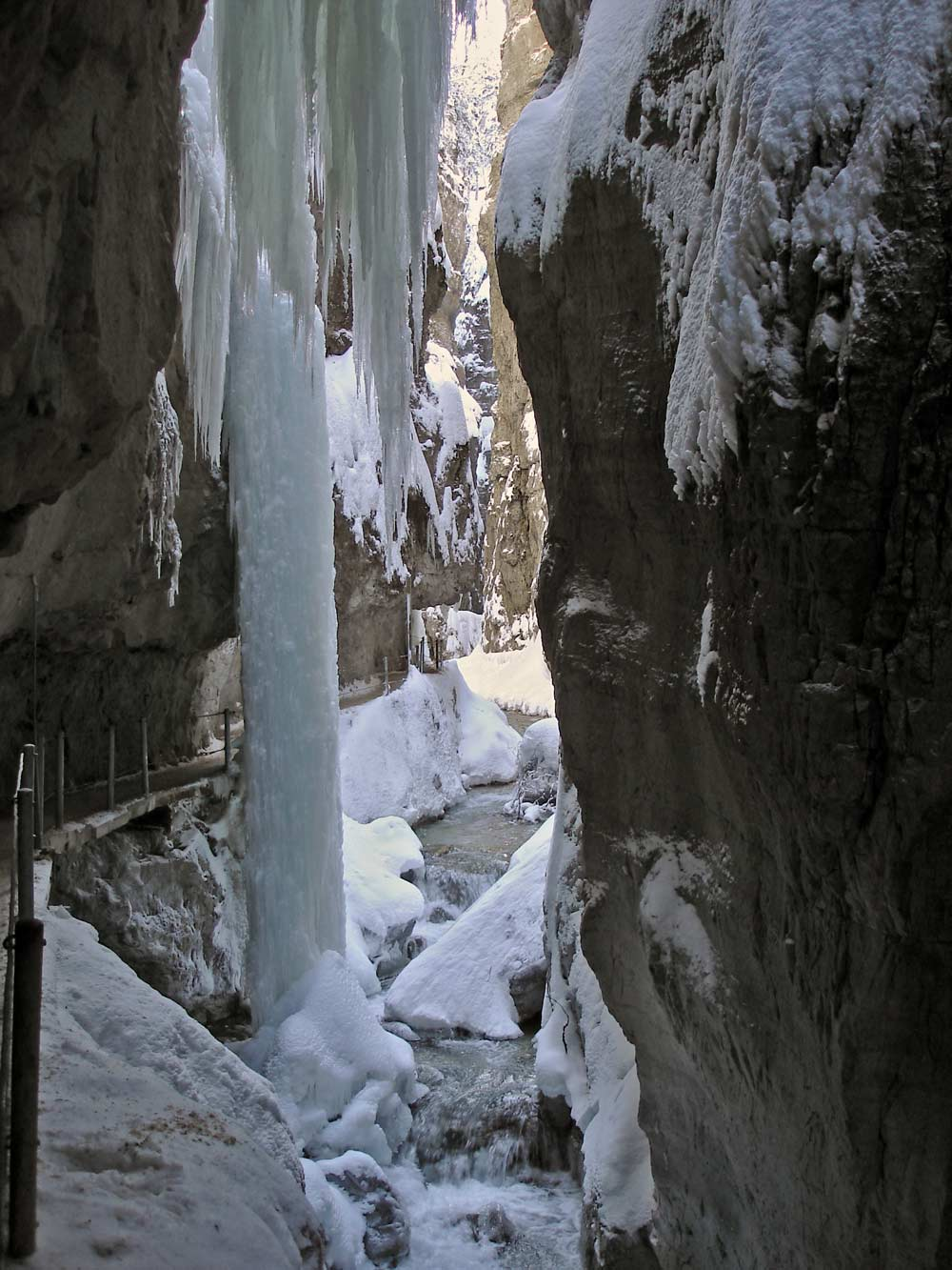 Riesige Eiszäpfen hängen von den Felsen der Partnachklamm