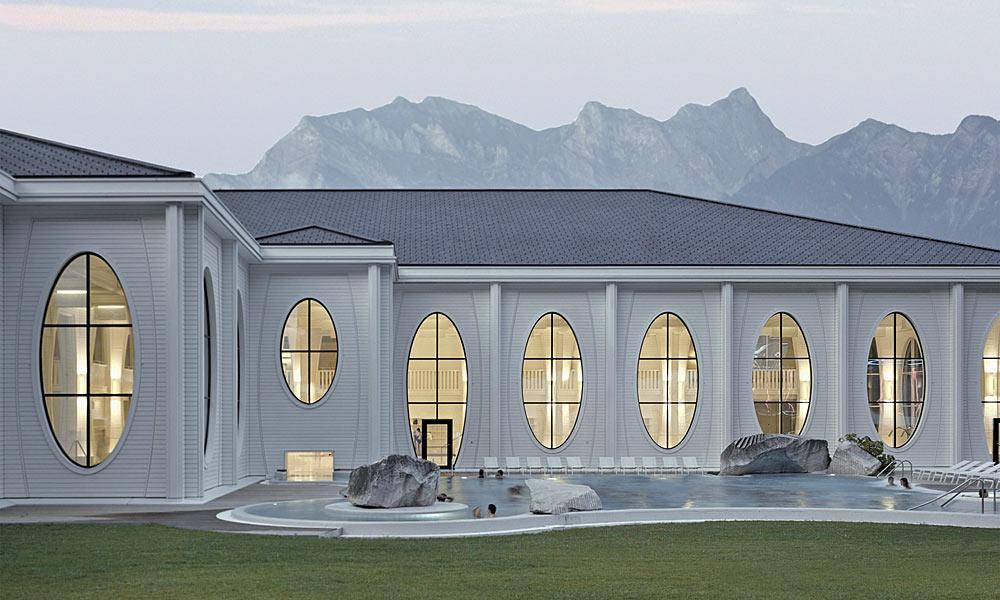 Blick auf den Außenpool der Tamina Therme Bad Ragaz vor der Schweizer Bergkulisse Foto: Tamina Therme