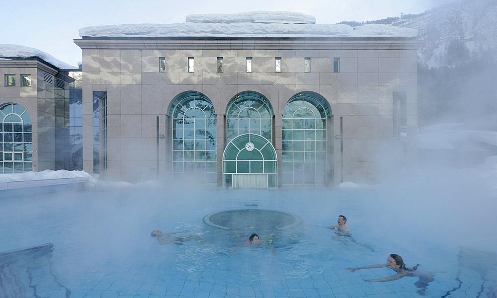 Außenbecken der Alpentherme Leukerbad im Winter Foto: Leukerbad Lindner Hotels