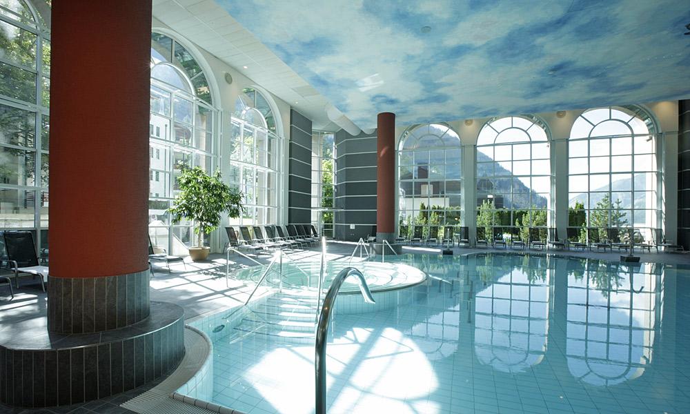 Das Warmbad im Inneren der Alpentherme Leukerbad Foto: Leukerbad Lindner Hotels